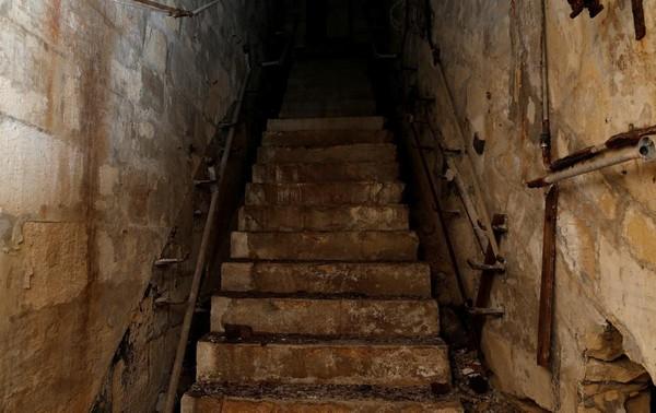 Tangga ini akan mengantarkan traveler menuju ke terowongan bawah tanah yang tersembunyi di bawah tanah Kota Valletta, ibu kota Malta. Setelah terbengkalai kurang lebih 40 tahun, terowongan ini rencananya akan direstorasi dan dibuka untuk publik sebagai destinasi wisata (Darrin Zammit Lupi/Reuters)