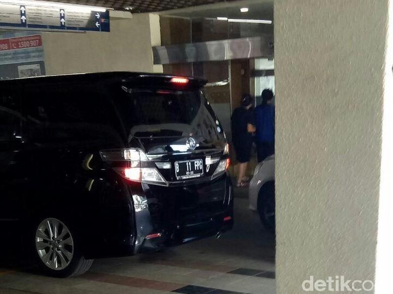 Mobil Novanto Angkut Sejumlah Barang dari RS Premier