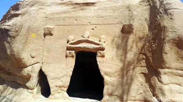 Suku Nabath memainkan peran penting dalam kerajaan misterius itu. Nabath adalah sekelompok bangsa Arab kuno yang menetap di daerah Yordania hingga ke sebelah utara Damaskus.