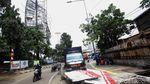 Baliho Rusak Diterjang Angin di Kampung Melayu