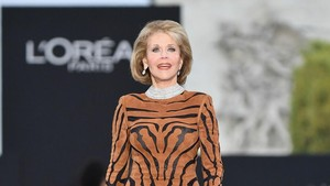 Usia 79, Jane Fonda Tampil Awet Muda dan Memukau di Paris Fashion Week