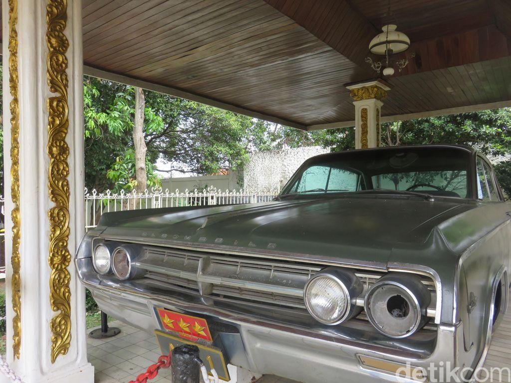 Salah satu mobil yang diproduksi oleh General Motors di Amerika Serikat ini menjadi kendaraan Letnan Jendral Ahmad Yani ketika menjabat sebagai Menteri Panglima Angkatan Darat. Dengan bernomor registrasi AD-01, mobil ini menjadi kendaraan utama beliau sejak Februari 1965.