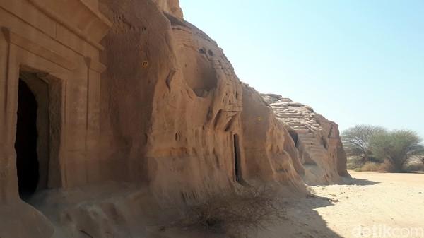 Tetapi sekarang, makam-makam di dinding batu yang monumental di Madain Saleh adalah salah satu peninggalan terakhir dan paling terawat dari kerajaan yang hilang.
