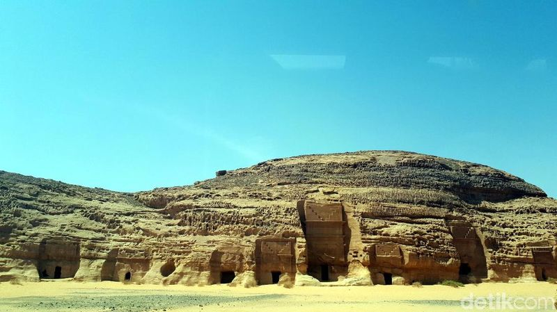 Madain Saleh atau dikenal juga sebagai kawasan Hijir atau Negra. Kota kuno ini terletak di kota al-Ula, Provinsi Madinah. Jaraknya dari Madinah sekitar 4-5 jam via jalur darat (Triono/detikTravel)