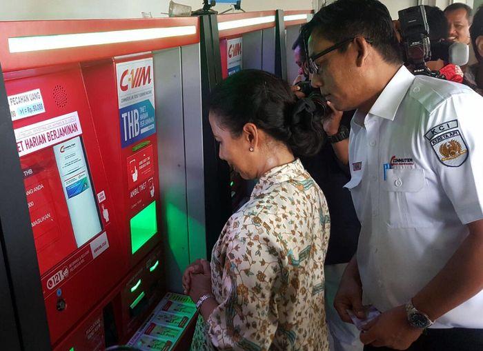Rini membeli tiket harian di vending machine yang disediakan di stasiun. (Dok. KCJ)