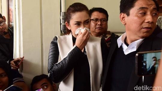 Nafa Urbach Menangis Tersedu di Sidang Cerai
