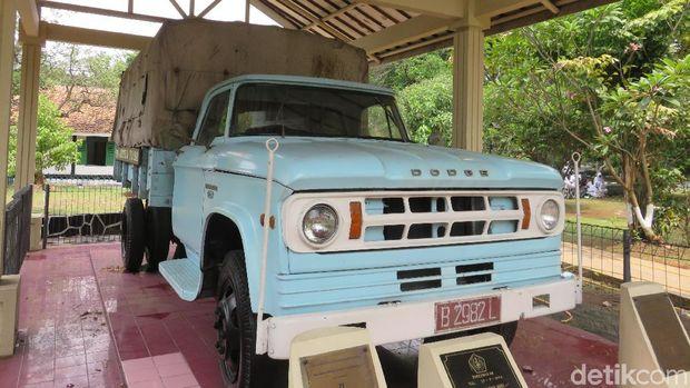 Di salah satu sudut Monumen Pancasila Sakti terdapat pula mobil truk kelir biru muda yang terpampang tulisan besar P.N. Artha Yasa. Terlihat masih dalam keadan baik-baik saja, siapa sangka bahwa mobil tersebut pernah digunakan beberapa anggota PKI untuk melakukan penculikan Brigjen TNI D.I Panjaitan dan Polisi Soekitman.Mobil berplat B 2982 L yang diproduksi pada tahun 1961 tersebut sebelumnya dirampas oleh gerombolan gerakan G30S/PKI saat melintas di Jalan Iskandar Syah, daerah blok M, Kebayoan Baru, Jakarta Selatan. Kala itu, truk tersebut sedang ingin melakukan penjemputan P.N. Artha Yasha yang kini telah berubah nama menjadi Perum Peruri.Setelah penculikannya sukses, truk buatan Amerika Serikat ini juga pernah mengantarkan jasad Brigjen TNI D.I Panjaitan ketika sudah tidak bernyawa lagi. Namun sangat disayangkan, setelah operasi G30S/PKI diberantas habis, mobil truk yang memiliki peranan penting tersebut menghilang begitu saja. Hingga saat ini, mobil itu belum ditemukan.Pada 29 September 1994, untuk mengenang Brigjen TNI D.I Panjaitan dan mengingat kembali keganasan akan peristiwa G30S/PKI, Dodge 500 dipajang menjadi salah satu koleksi yang menjadi saksi bisu di Monumen Pancasila Sakti. Tetapi, mobil yang masih memiliki kondisi prima tersebut merupakan replika saja namun masih tetap menggendong mesin, kondisi, dan kelengkapan yang sama.