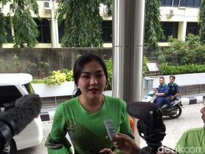 Pakai Dress Batik Hijau, Vicky Shu Penuhi Panggilan Bareskrim