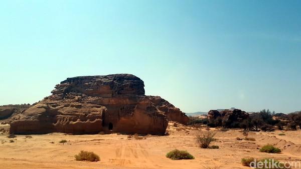 DariMadinah, traveler harus berkendara selama empat jam menuju kota oasis Al Ula di Hijaz. Madain Saleh berjarak 40 km ke arah utara dari kota itu. detikTravel pun pernah berkunjung ke sana beberapa waktu lalu, di sela liputan Haji.