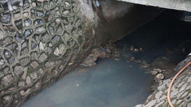 Mayat bayi itu menyangkut di bebatuan yang berada di saluran air.