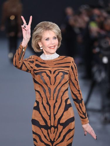 Usia 79, Jane Fonda Tampil Awet Muda & Memukau di Paris Fashion Week
