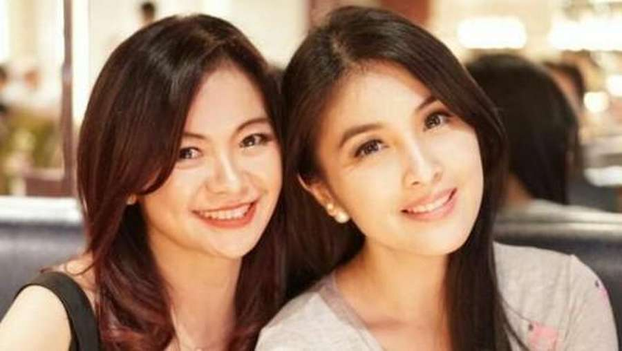 Tante Sandra Dewi yang Cantik dan Awet Muda Banget di Usia 50 Tahun