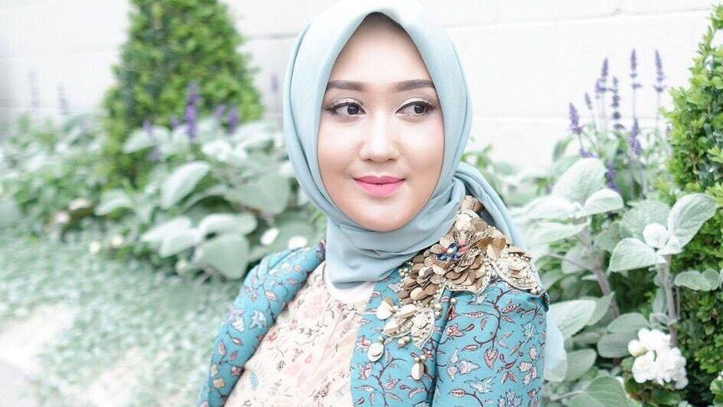 Foto: Inspirasi Tampil Pakai Batik dan Hijab untuk ke Kantor