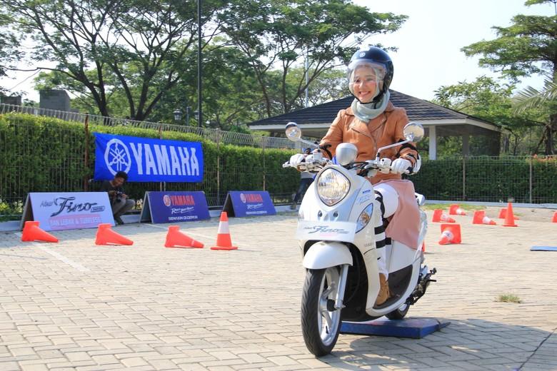 Hijabers selebgram Ayu Indriati mengendarai Yamaha Fino (Foto: Dok. Yamaha)