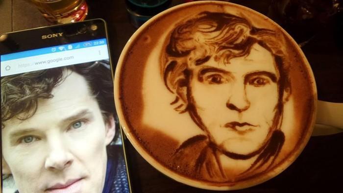 Wajah si ganteng Benedict Cumberbatch ternyata bisa dilukis di atas kopi lho. Barista di Bookmark Coffee ini membuat lukisan Cumberbatch ini dengan latte hingga serbuk cokelat. Foto: Istimewa