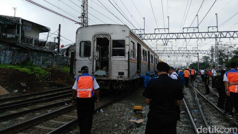 KRL yang Anjlok di Manggarai Berhasil Dievakuasi