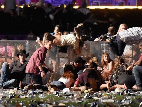 Suasana saat penonton berusaha menyelamatkan diri dari tembakan di Las Vegas.