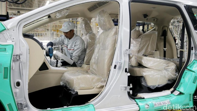 Pekerja di pabrik Mitsubishi (Foto: Agung Pambudhy)