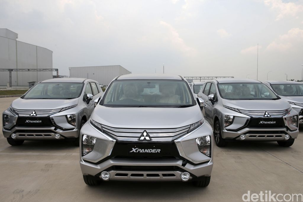 Presiden Direktur PT Mitsubishi Motors Krama Yudha Indonesia Takao Kato, memberikan kunci mobil Xpander saat Rollout di Pabrik Mitsubishi, Cikarang, Jawa Barat, Selasa (3/10/2017). Sejak peluncurannya di Agustus hingga saat ini Xpander telah terpesan sebanyak 23.000 unit.