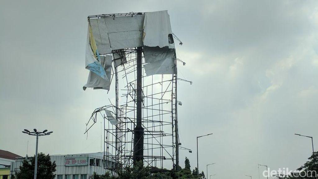 Ngeri, Reklame di Kampung Melayu Masih Miring dan Rawan Jatuh