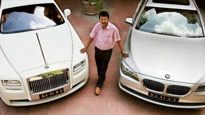 Selain Mercedes Maybach S600, Babu juga memiliki Rolls Royce Ghost untuk disewakan dengan tarif sebesar Rp 10 juta per harinya. Tarif tersebut disesuaikan dengan kemewahan mobil. Walaupun punya rental mobil, Babu tak lupa akan profesinya sebagai tukang cukur.
