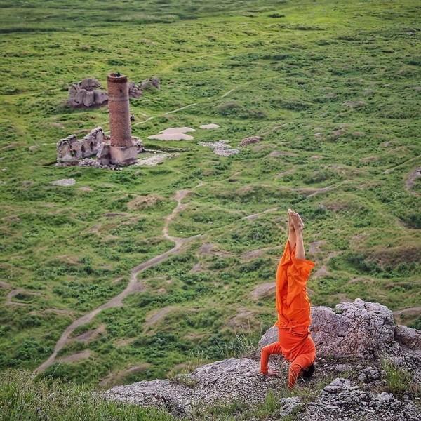 Dia akan melakukan handstand di tempat-tempat yang ikonik di setiap negara (cetincetintas/ Instagram)