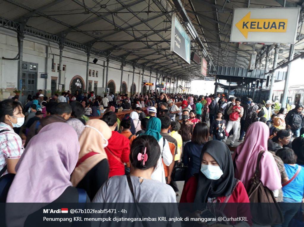Kepadatan penumpang di stasiun Manggarai yang dijepret pengguna Twitter bernama M'Ardi. Foto: istimewa