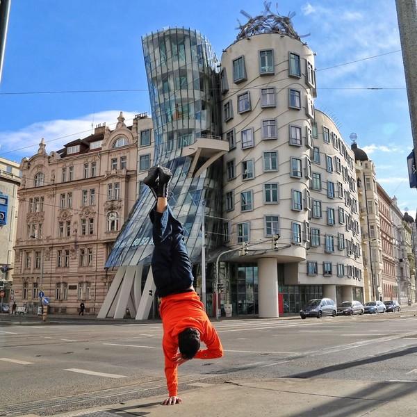 Dia keliling dunia tidak sekedar traveling saja, tetapi juga untuk mempelajari Yoga. Gaya handtsand keren juga! (cetincetintas/ Instagram)