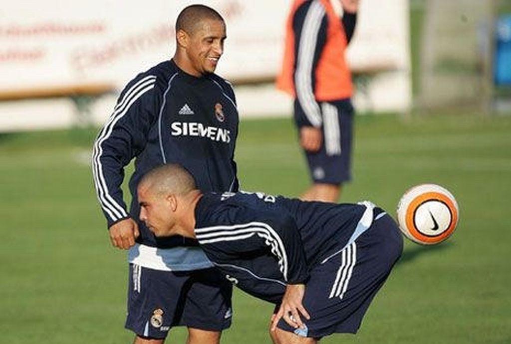 Ronaldo seakan mengeluarkan bola dipandangi Roberto Carlos. Foto: thechive