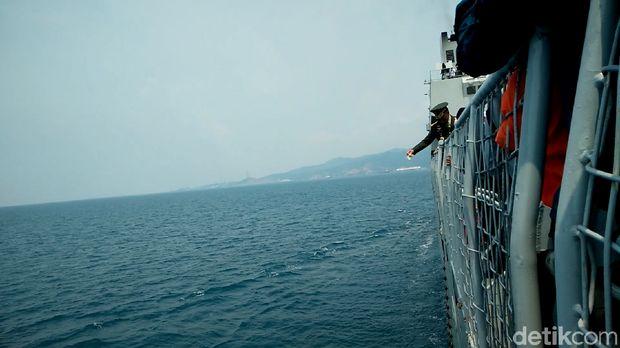 Panglima TNI Gelar Tabur Bunga di Selat Sunda