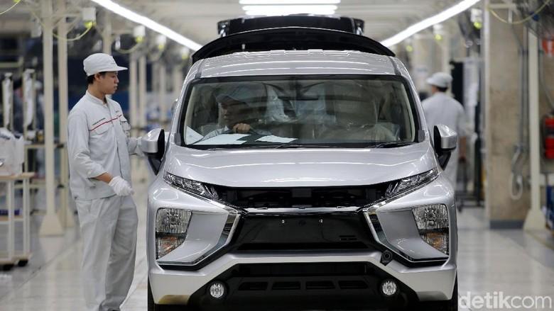 Petugas mengecek kondisi mobil Xpander di pabrik Cikarang, Bekasi Foto: Agung Pambudhy