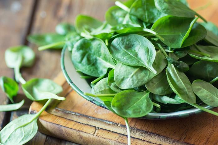 Barengi diet tinggi lemak Anda dengan sayuran hijau, seperti bayam, seledri, dan selada air. Sayuran hijau seperti itu dikenal mengandung alkali yang bisa memaksimalkan kebutuhan Anda. Foto: ilustrasi/thinkstock