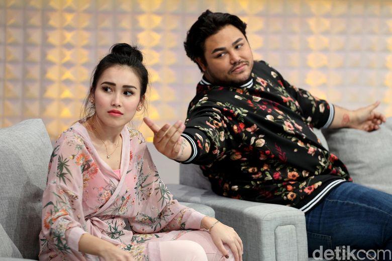 Ivan Gunawan bersama Ayu Ting Ting saat mengisi acara Brownies di Studio Trans TV, Kapten Tendean, Jakarta Selatan pada Selasa (3/10).