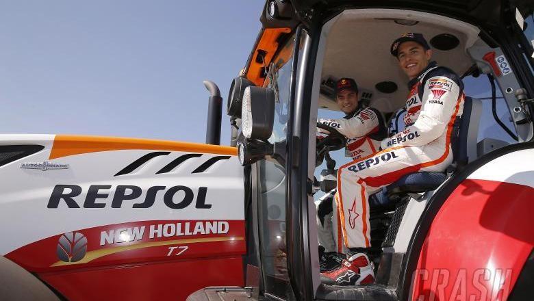 Saat Marquez dan Pedrosa Mengendarai Traktor Foto: Pool (Crashnet)