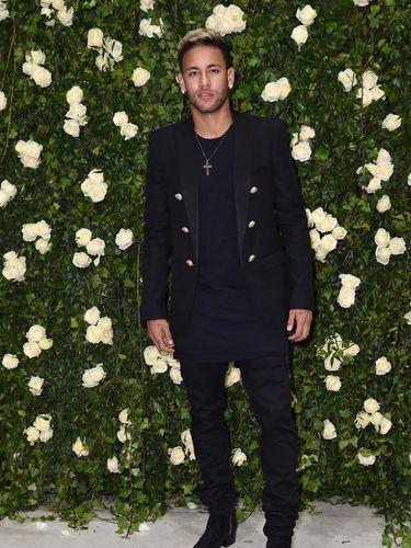 Neymar Jr. menghadiri fashion show Balmain di Paris Fashion Week.