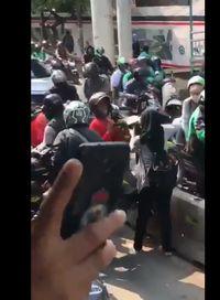 Viral Video Pemotor Lagi-lagi 'Gotong Royong' Lewati Pembatas Busway