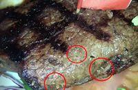 Rayakan Hari Jadian dengan Makan Steak, Pasangan Ini Temukan Belatung di Dalam Daging