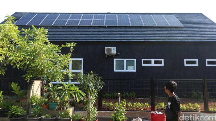 Warga melintas di Ruang Publik Terbuka Ramah Anak (RPTRA) Jakpro Asri Pluit yang dilengkapi papan panel surya.