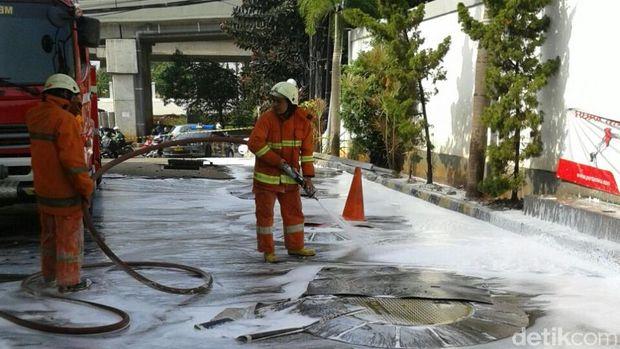 Petugas Sudin PKP Jaktim siram BBM yang tertumpah