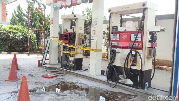 Petugas Sudin PKP Jaktim siram BBM yang tumpah di SPBU di Kalimalang
