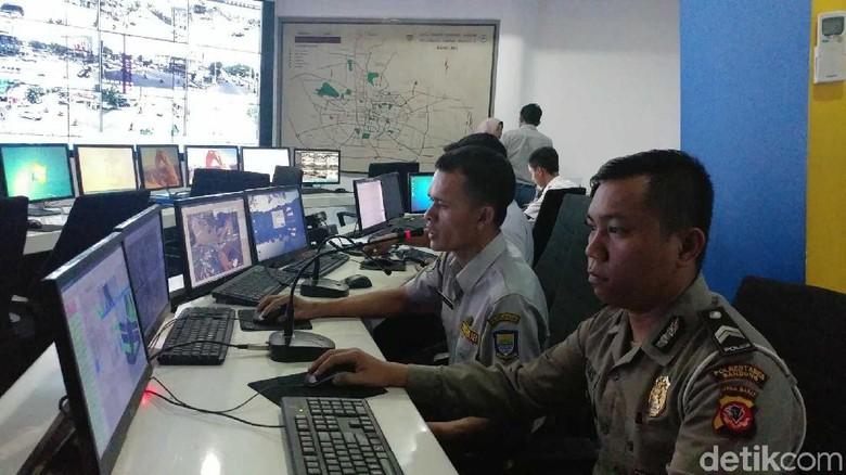 Kolaborasi Polisi dan Dishub Bidik - Bandung Sejak Rabu pagi suasana ruang Area Traffic Control System di Balai Kota Bandung berbeda dari Sebab kali