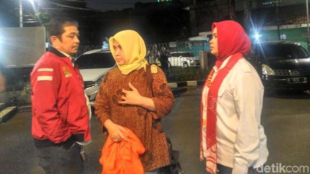 Asma Dewi keluar dari ruang pemeriksaan.