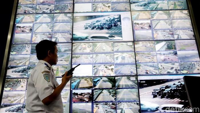 Petugas Dinas Perhubungan memantau CCTV di ruangan NOC (Network Operation Center) di UP SPLL Dishub DKI Jakarta.