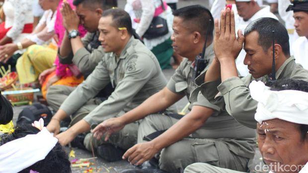 Gubernur dan Warga Lakukan Ibadah Purnama Kapat di Pura Besakih