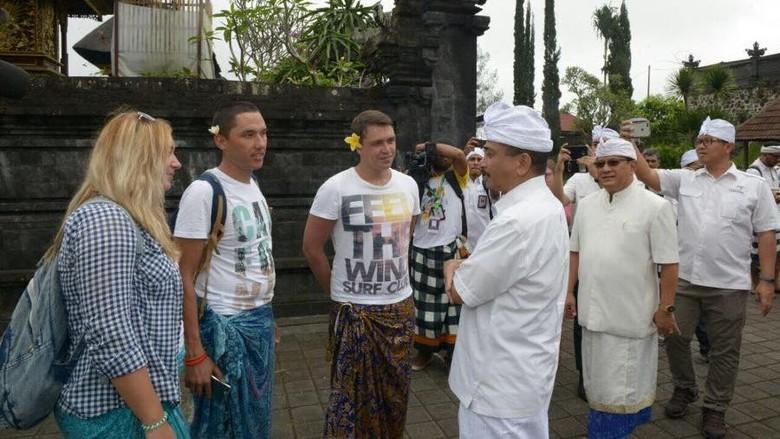 Menteri Pariwisata Arief Yahya (tengah) saat kunjungan ke Pura Besakih dan berbincang dengan turis (dok Kemenpar)