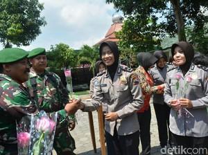 HUT Ke-72 TNI, Polisi Karanganyar Beri Ucapan Lewat Bunga