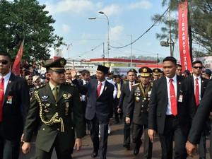 Jalan Kaki Tembus Macet, Jokowi: Kalau Ada Motor, Pilih Motor