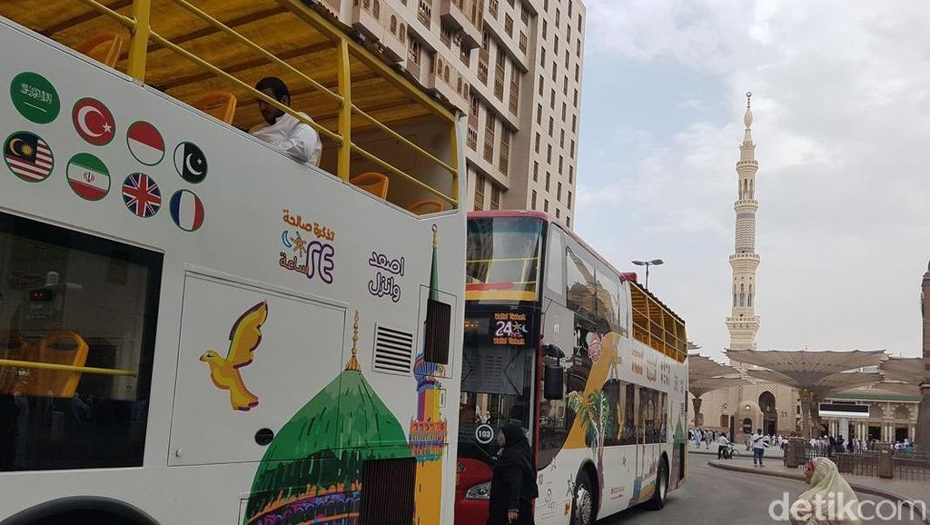 Ada Logo Bendera Indonesia di Bus City Tour Madinah