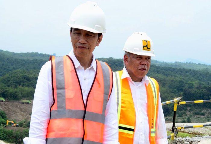 Memakai helm proyek, Jokowi didampingi oleh Menteri Pekerjaan Umum dan Perumahan Rakyat (PUPR) Basuki Hadimuljono. (dok. Kementerian PUPR)