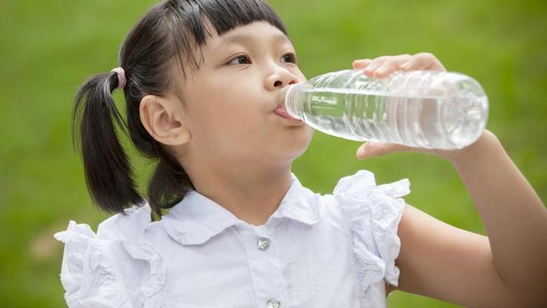 Ilustrasi anak minum air putih/ Foto: iStock